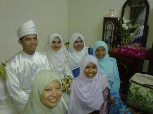 pengantin bersama rakan-rakan