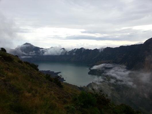 #20 - kabus clear.. tasik yang berkedudukan tinggi dari aras laut.. dan dikelilingi gunung..