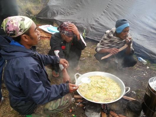 #30 - guide dan porter sibuk memasak..