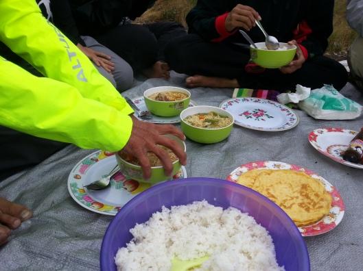#39 - Pelik skit dinner dia.. nasi putih + mee segera sedap + telur goreng + ikan bilik.. (nasi putih dgn megi sup???)