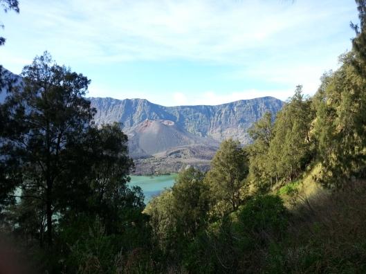 Perlahan-lahan meninggalkan Danau Segara Anak..
