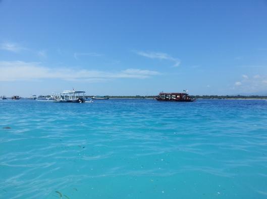 Makanya air laut pun nampak sungguh cantik.. dan biru dia memang lain macam..