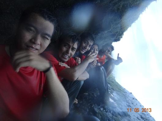 Dari belakang air terjun ade gua..