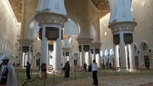 Ruang tengah masjid, ada laluan melawat Psst.. nampak tak guard tu..