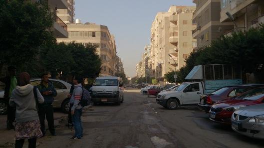 Pagi pertama di Cairo. Menunggu van sewa sampai, tapi yg muncul tremko sewa.